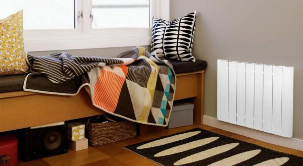 Радиатор из алюминия рядом с кроватью